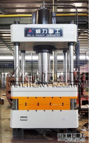 200吨四柱压力机、200吨四柱油压机主要由底座、中间活动工作台、上横梁、液压大油缸、液压小油缸、导向立柱、模具上模、模具下模、加热板、隔热板、液压控制系统、PLC程序控制系统。其特征在于:四根导向立柱与下底座、上横梁固定连接,下底座在导向立柱的下端,上横梁在导向立柱的上端;中间活动工作台在下底座和上横梁的中间,并且可以在导向立柱上移动;液压大油缸和两个液压小油缸固定安装在下底座上。本实用新型是一种结构紧凑、节能高效、操作简便、运行速度快、产品质量好、产量高的200吨四柱压力机,本实用新型的电动机功率只需